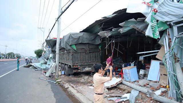 Ảnh: Xe container tông hàng loạt nhà dân tại Bình Phước