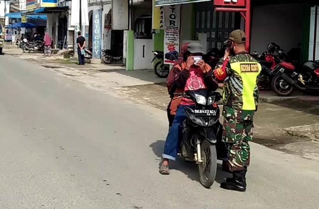 Kompak TNI-Polri, Personel Jajaran Kodim 0207/Simalungun Laksanakan Razia Masker Diwilayah Binaan