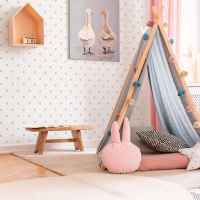 Cuarto infantil decorado con topos rosas en papel pintado ref. 044