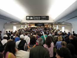 obostrzenia lotniskach wywołują kilometrowe kolejki