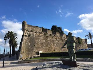 cidadela de Cascais com estátua na frente