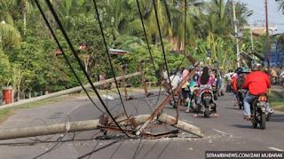 13 Tiang Listrik Tumbang di Jalan Medan Banda Aceh