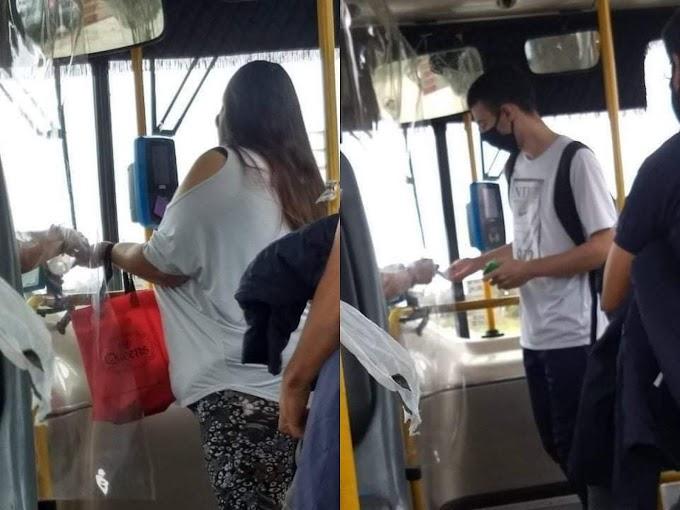 Un chófer de la línea 236 aplica alcohol en gel a sus pasajeros