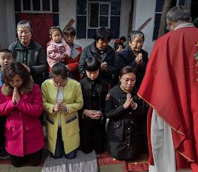 Comunhão numa missa na clandestinidade no Domingo de Ramos, perto de Shijiazhuang, província de Hebei.