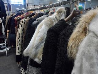 abrigos de piel en el desembalaje de bilbao