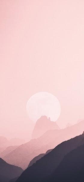 خلفية قرص الشمس الأبيض مختفي في سماء وردية