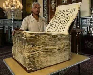 Subhanallah...!!!! Al-qur'an ini sudah berusia 1400 tahun Dan Pembuatannya di tulis degan tangan (Baca Info Selengkapnya Hanya Di Ucnews)