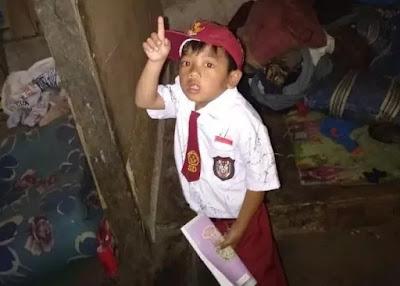 Kisah Sedih Bocah SD Kesekolah Pakai Seragam Kotor Tanpa Sepatu
