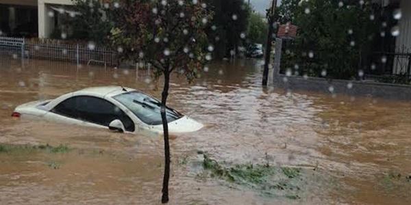 Μεγάλες καταστροφές αφήνει στο πέρασμά του ο κυκλώνας - «Χτυπάει» Εύβοια και Φθιώτιδα