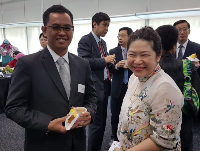 Foto 3.Penulis Bersama Kepala Kantor IFLA Regional Asia Oceania Ms.Soh Lin Li dari Singapura