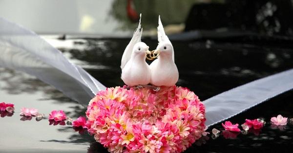 dicas-de-como-decorar-o-carro-dos-noivos-para-a-saida-da-cerimonia-de-casamento-2
