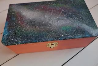 Kosmiczna szkatułka DIY malowana szkatułka z TEDi zrób to sam