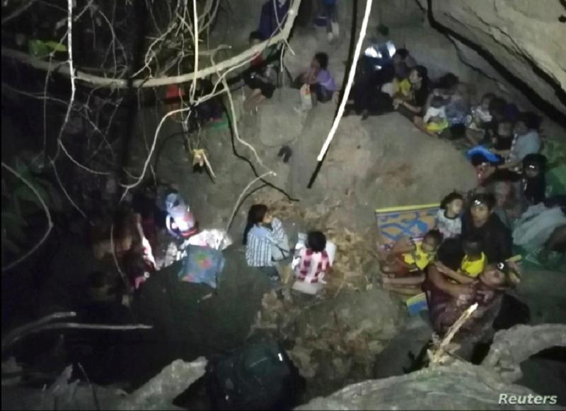 Aldeanos de la etnia Karen desplazados de la aldea de Day Pu Noh, de Myanmar, en un lugar desconocido después de huir de ataques aéreos del ejército birmano, el 27 de marzo de 2021 / RRSS / REUTERS