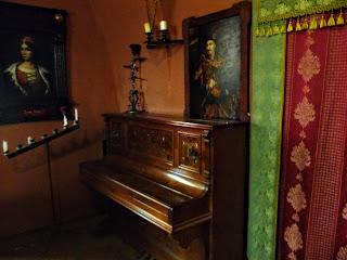 Замок Сент-Миклош. На фортепиано играет сам Мастер