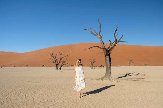 """Namibia với những đặc tính tự nhiên hiển nhiên không thể là vùng đất mơ mộng. Đi qua hành trình gần 2000 km trên địa hình khắc nghiệt, bạn sẽ thấy sa mạc Namibia được cấu thành sắc nét bởi bàn tay """"nhào nặn"""" của mẹ thiên nhiên nhưng dường như đã bị bỏ rơi giữa chừng, để lại những lòng sông to nhưng cạn khô """"đói"""" nước, để lại vùng hoang mạc rộng lớn thiếu sự sống hay những cồn cát chót vót trong sự vĩnh hằng."""