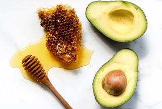Cara mengatasi bekas jerawat dan flek hitam dengan madu dan alpukat