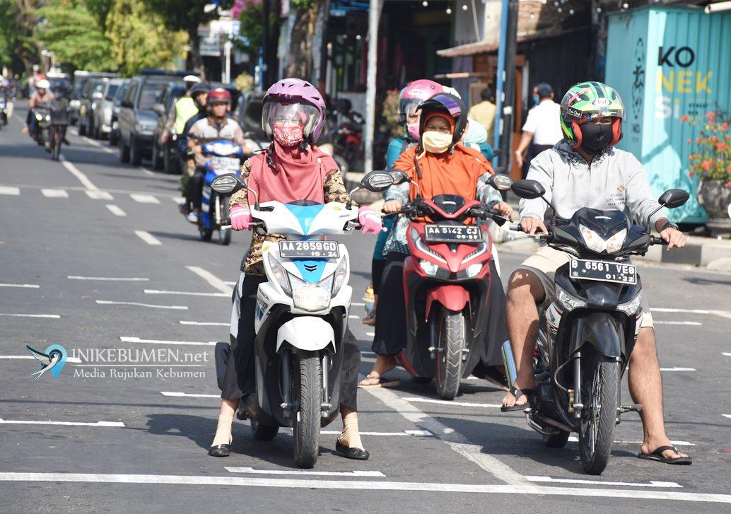 Bupati Kebumen Tegaskan Kendaraan Wajib Terapkan Jaga Jarak Saat di Lampu Merah