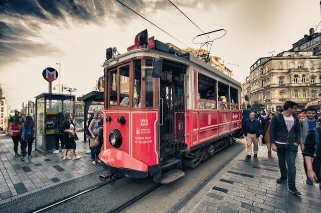 Tram rosso su Istiklal caddesi-Istanbul