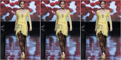 Model Baju Kebaya Wisuda Renda Kerah Sabrina Badan Langsing
