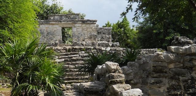 Sítio arqueológico no Parque Xcaret em Cancún