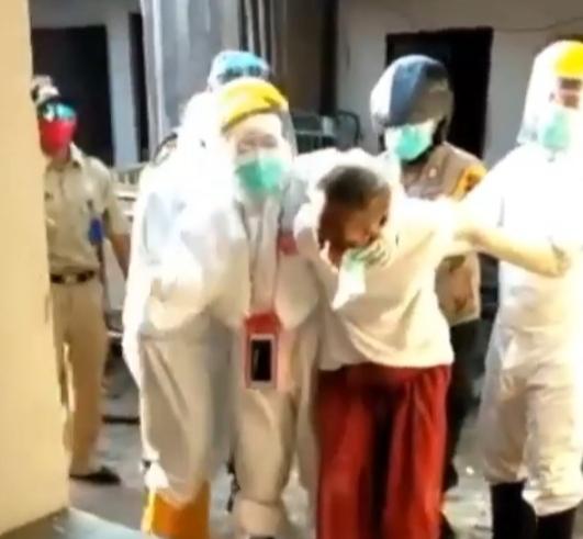 Video Pria Diseret Petugas dengan APD, Diduga Corona dan Takut Dikucilkan