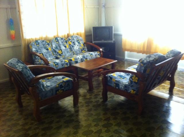 Ruang Tamu Seluas 440 Kaki Gi Dilengkapi Dengan Tv Dan Perabut Seni Kayu Boleh Menjanjikan Keselesaan Untuk Seisi Keluarga