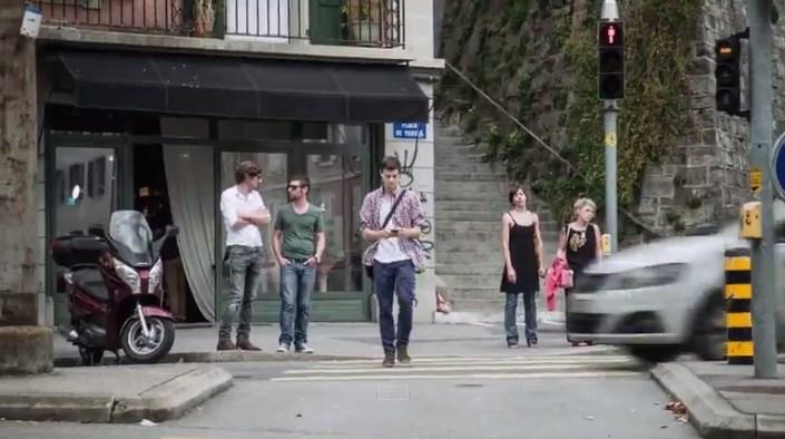 Video Ini Menunjukan Bahayanya Menggunakan Smartphone Dalam Perjalanan