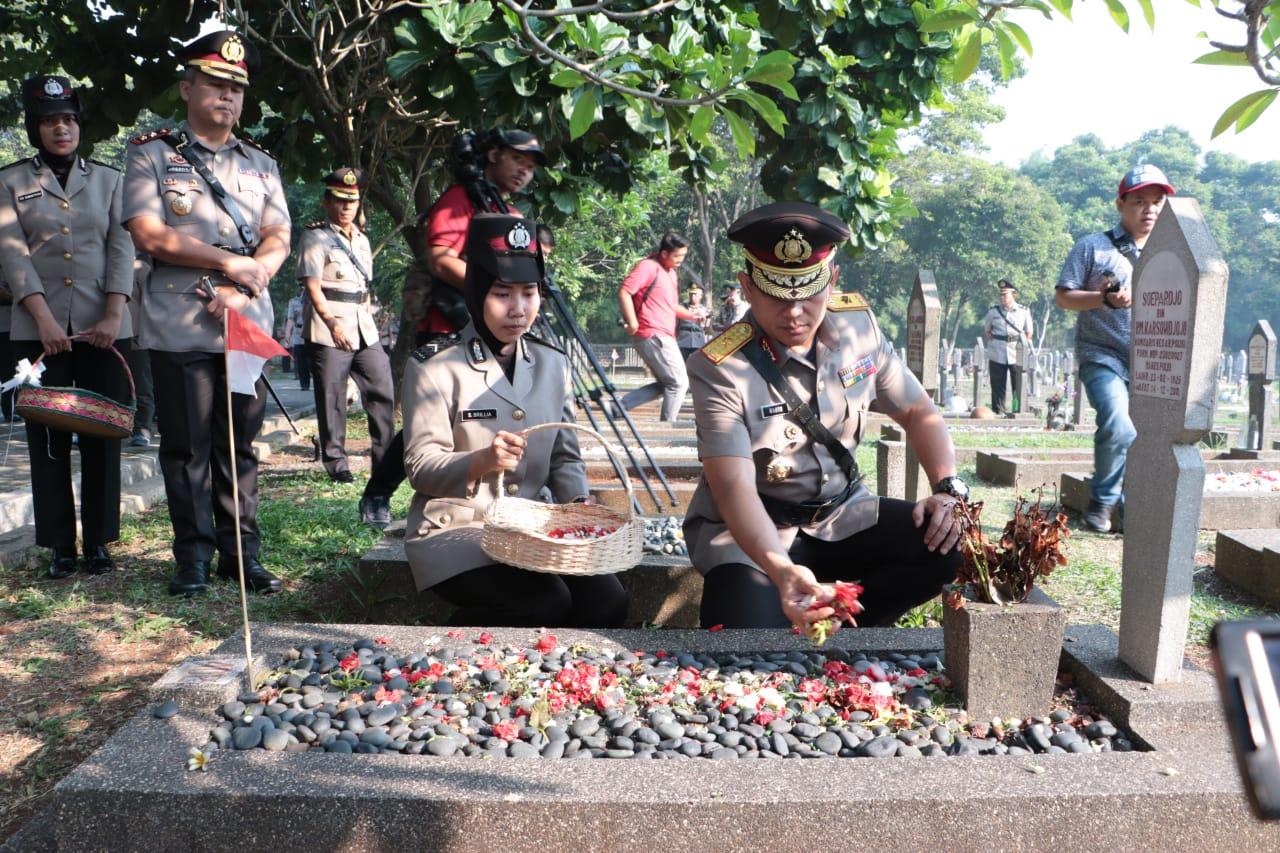 Peringati HUT Bhayangkara Ke – 73 Laksanakan Tabur Bunga di Taman Makam Pahlawan Bahagia