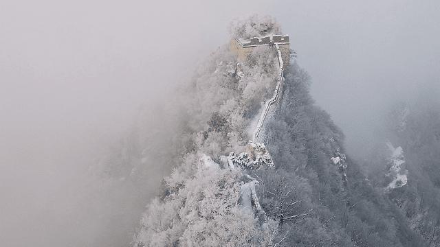 Vạn Lý Trường Thành là một trong những điểm du lịch bậc nhất Bắc Kinh, cũng chìm trong màu trắng xóa khiến không gian xung quanh đẹp đến kỳ ảo. Tuyết làm lối đi trở nên trơn trượt, du khách ghé nơi này phải bước thận trọng và bám chắc vào tay vịn hai bên đường.