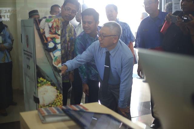 INOVASI PELAYANAN- Sekretaris Daerah Provinsi Kalsel, Drs H Abdul Haris, MSi meresmikan pelayanan perizinan berbasis online yang diinisiasi Dinas Penanaman Modal Pelayanan Terpadu Satu Pintu (DPMPTSP) Kalsel,  baru-baru tadi.
