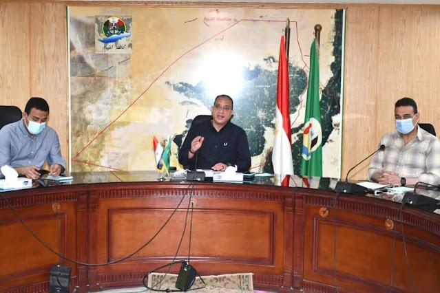 محافظ الفيوم يتابع مع رؤساء المدن ومسئولي أملاك الدولة تنفيذ الموجة الـ 18 للإزالات
