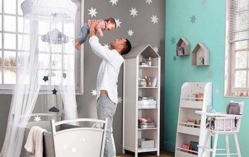 pere-joue-avec-son-bebe-dans-la-chambre