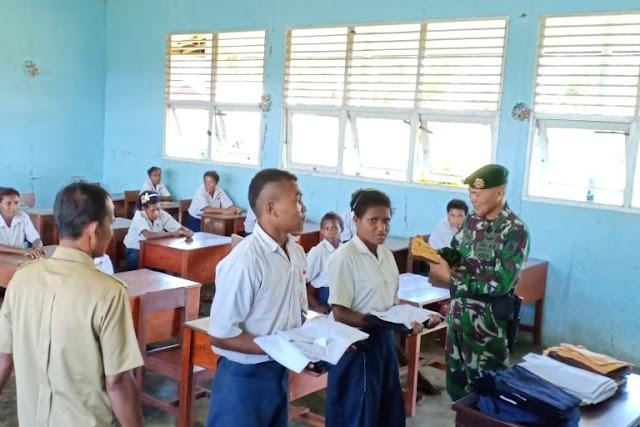 Satgas Pamtas RI-PNG Yonif 411 Kostrad Bagikan Seragam Sekolah