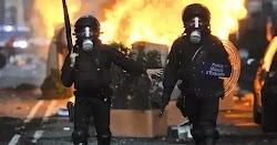 Οι λιγοστοί περαστικοί αποδοκίμαζαν τους αστυνομικούς. Κατακραυγή έχει προκαλέσει το βίντεο που κατέγραψαν περίοικοι με τα κινητά τους τηλέφ...