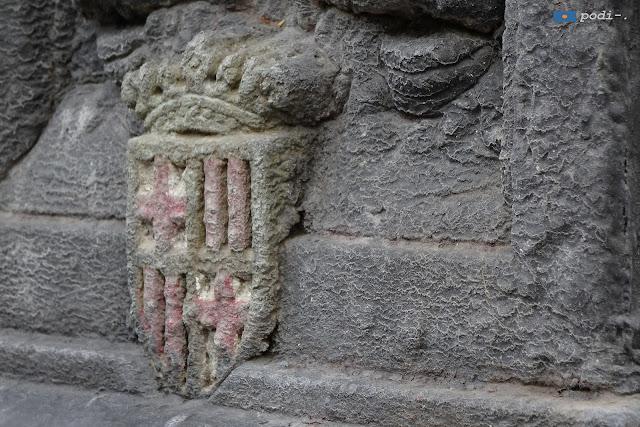 Escut de Barcelona a una font