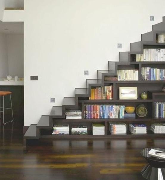 Desain Tangga Ruang Sempit dengan Rak Buku