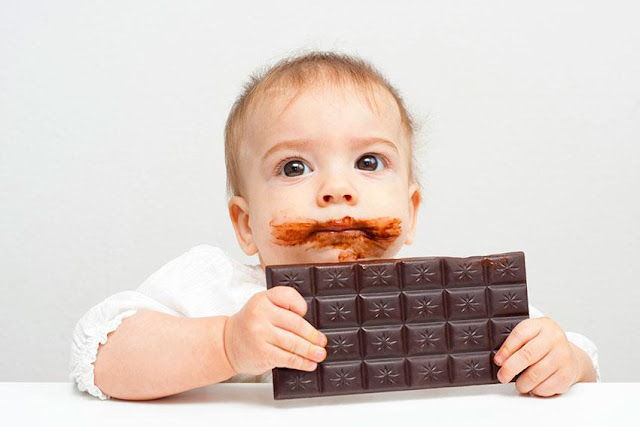 Photo bébé qui mange du chocolat