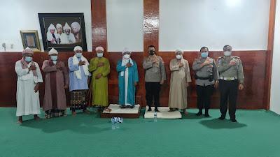 Kapolda SUMUT, Rayakan Idul Adha, Serahkan Hewan Kurban Untuk Masyarakat Muslim di Simalungun
