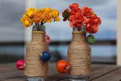 dois jarros decorados com corda, com flores de papel