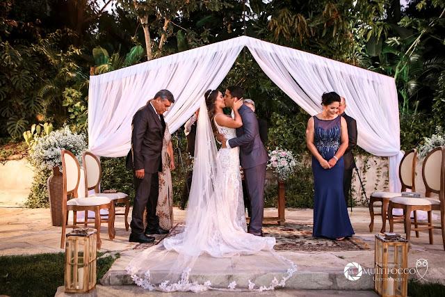 Sítio Geranium, Hyathama Pires, Multifocco, Leilah Cerqueira, casamento a céu aberto, casamento rústico, boho, decoração de casamento, decoração colorida, fotos românticas, foto com madrinhas, madrinhas iguais, Foto com padrinhos, noiva, noivo, altar