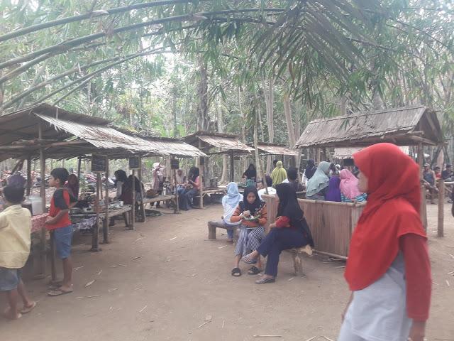 pengunjung pasar pereng kali kemit grenggeng kebumen