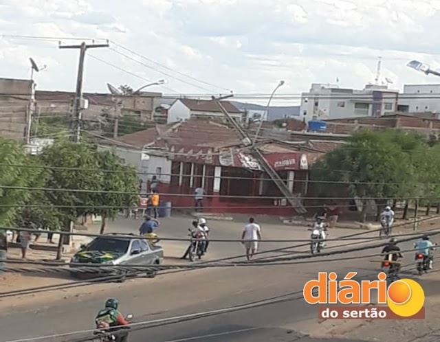 Poste de rede elétrica cai em cima de bar e por pouco não causa uma tragédia em Sousa