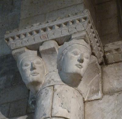 ROMÁNICO EN NUEVA YORK. THE CLOISTERS MET. Capilla de Notre-Dame du Bourg. Capitel Reina Leonor de Aquitania
