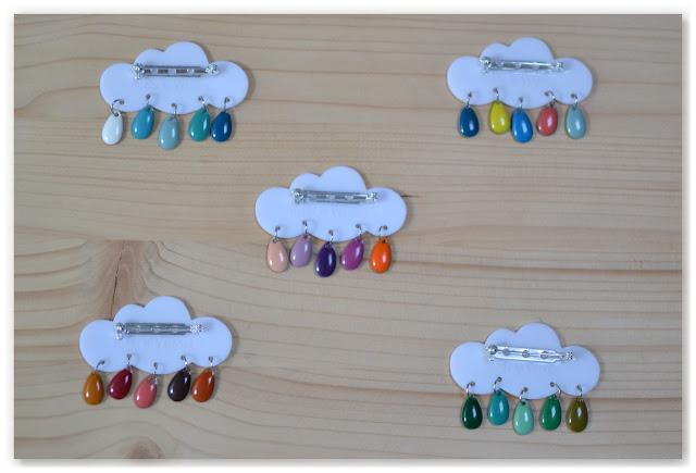 arrière des broches nuages et gouttes multicolores
