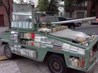 Selbstgebauter Panzer - Büchermobil witzig