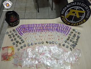 POLÍCIA MILITAR APREENDE ADOLESCENTE COM MAIS DE 300 PORÇÕES DE DROGAS EM REGISTRO-SP