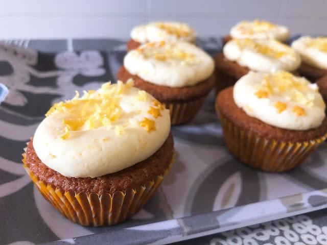 Los cupcakes ya finalizados, con una buttercream de limón y decorados con ralladura de limón.