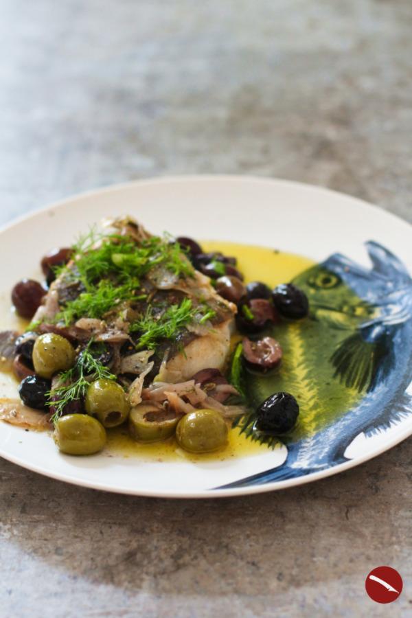 Zart und saftig gebratener Skrei, im Backofen nachgezogen, mit Oliven, frischem Fenchel und viel Oliven-Butter #skrei #winterkabeljau #skreifilet #rezept #ofen #butter #pfanne #oliven #mediterran #kabeljau #winterkabeljau #italienisch #oliven #kalamata #fenchel #foodblog #fisch_rezepte #grillen #braten #mit_linsen #recepten #oppskrift #recette #wirsing #linsen #rosenkohl #corizo #mit_speck