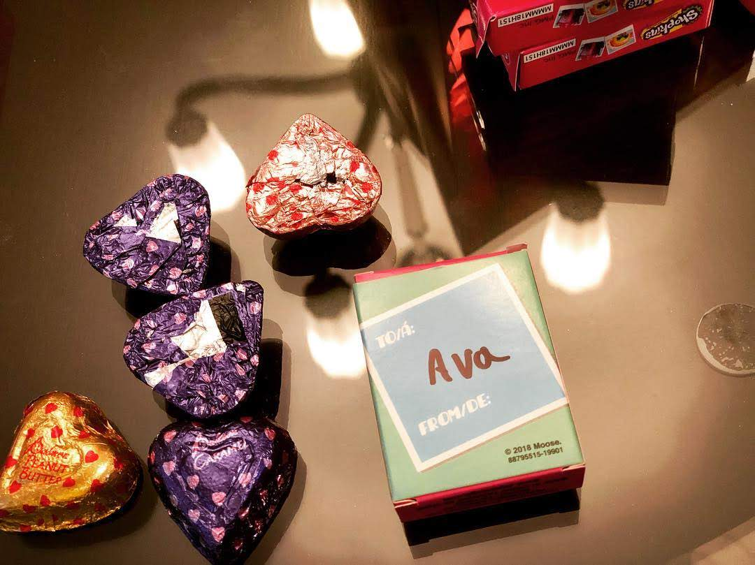 Jeremy Renner prepared for the Valentines day with his daughter Ava : エヴァちゃんが指パッチンで消えたら、ショックのあまり、日本に行って、ローニンになるに違いないジェレミー・レナーは本日、その幼いひとり娘と一緒に、彼女のバレンタイン・デーの準備中 ! !