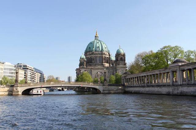 Monumentos próximos ao rio Spree em Berlim